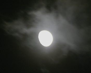 Wolken ziehen über M45 und Mond